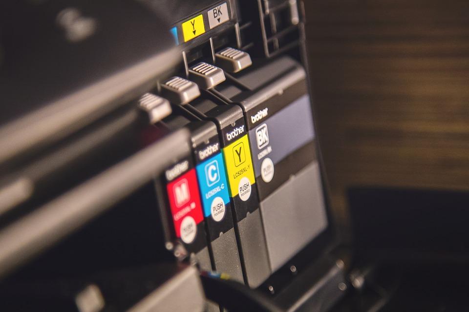 Saiba o que é impressão em UV e como ela é feita em placas de homenagem